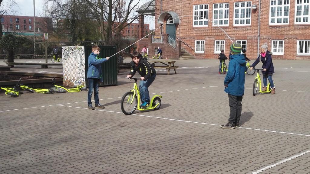 Rollern auf dem Schulhof