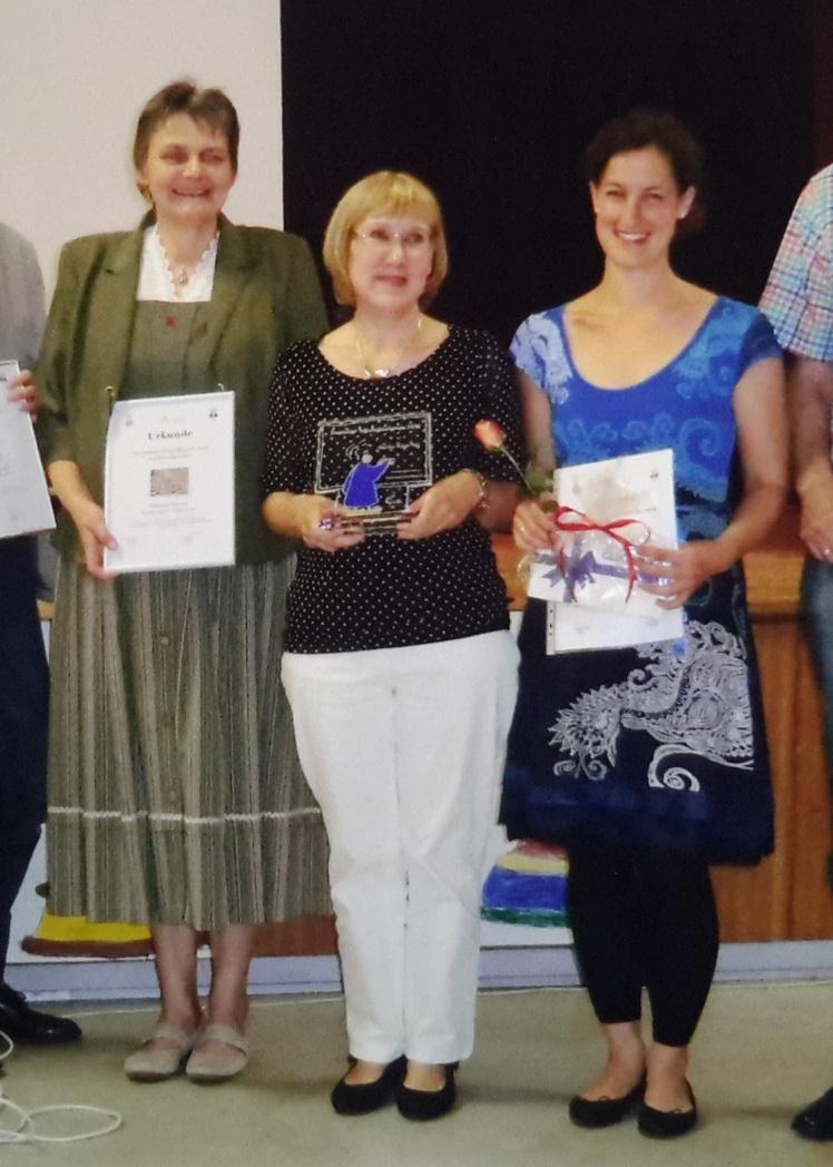 Frau Rietow mit der Laudatorin Frau Küsel-Pelz und Frau Lengwenus (v.l.n.r.) nach der Verleihung auf der Bühne