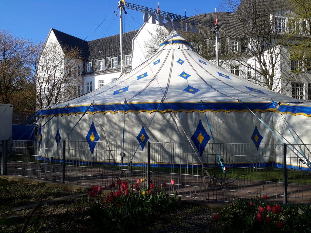 Das Zirkuszelt auf dem Hinterhof des Standorts Genslerstraße
