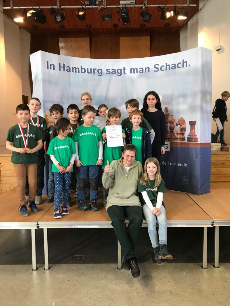 Die erfolgreichen SchachspielerInnen mit Anna, Frau Scheller und Frau Rietow.